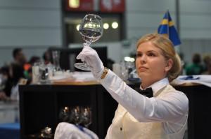 Emma kollar glasen